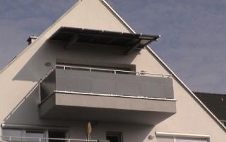 Balkonüberdachung bestehend aus verzinkter Trägerkonstruktion und einer aufgeschraubten ALU-Rahmenkonstruktion, mit ALU-Blechen, nach RAL-Standard pulverbeschichtet, beplankt.