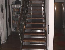 Treppenanlage, Pfosten aus Doppelflacheisen mit 6 querverlaufenden Stäben d= 12mm und aufgesetztem Holzhandlauf.