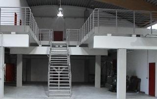 Treppengeländer aus Edelstahl 1.4301 mit aufgesetztem Handlauf d= 42,4 mm und waagrechten Stäben Rd= 12 mm.