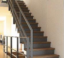 Treppengeländer aus Stahl, vorgrundiert, bestehend aus Ober- und Unterzug 50 x 50 x 3 mm.