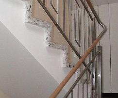 Treppengeländer Pfosten aus Rundrohr d= 42,4 mm, jeweils im Ein- und Austritt abwechselnd an Betonlaibung befestigt. Ober- und Unterzug aus Rohr d= 25 mm mit senkrechten Stäben Rd 12.