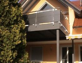 Balkonanlage bestehend aus einer verzinkten Stahlwangenkonstruktion nach RAL-Standard lackiert und über Stützen abgestützt, über Konsolen an bestehenden Balkon verschraubt, Balkongeländer bestehend aus RHP-Profilen 50x30mm und 40x40mm mit ALU-Blechen, nach RAL-Standard pulverbeschichtet, verkleidet.