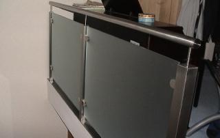 Galeriegeländer aus Edelstahl Vierkantpfosten und aufgesetztem Handlauf d=42mm, Sicherheitsglas weiß foliert über Glasklemmhalter befestigt.