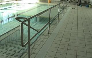 Absturzsicherung für Hallenbad aus Edelstahl Rundrohr d= 42mm, beständig gegen Chlor.