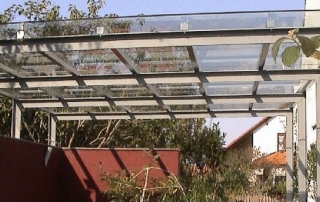Glaskonstruktion bestehend aus Edelstahl-Glasträger (Doppelsteg aus Profil 30x20mm) abgehängt über Zugstäbe mit Spannschloß. Glasauflage aus VSG 10mm über Klemmprofil auf Edelstahl-Glasträger befestigt Abmessung: ca. 4500x1100 mm; inkl. Montage.