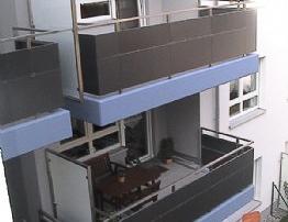 Balkongeländer bestehend aus RHP-Pfosten 40x40mm (50x30mm) mit waagrechten Verstrebungen 40x20mm, Frontseite mit ALU t=3mm beplankt und über Flanschplatten auf Betonbrüstung verschraubt.