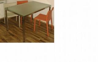 Tisch aus Edelstahl.