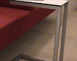 Beistelltisch aus Edelstahl 1.4301, K240 geschliffen, bestehend aus Rechteckprofil und aufgelegter Edelstahlplatte.