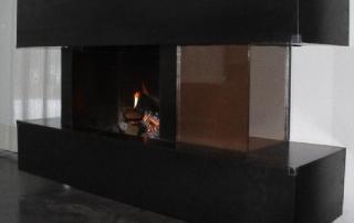Verblendung für offenen Kamin aus S 235 gelasert und geschweißt mit Unterkonstruktion, Glaseinsatz und Anschluß an bestehenden Kamin inkl. Montage.