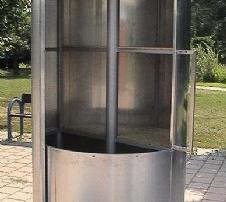 Gartenschrank aus ALU, H= 230 cm, Durchmesser= 120 cm Rostfreie Aluminium Konstruktion. 4 Ablagefächer aus Mehrschichtplatten. Gelagerte Drehmechanismus, halber Umfang lässt sich öffnen, absperrbar. ALU natur.