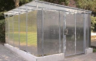 Abtrennung aus verzinkten Rahmenprofilen mit ALU-Blechverblendungen, gelocht (d= 20/70), Oberfläche natur, auf bestehende Betonwände aufgesetzt, Abmessung: L x B x H= ca. 8,0 x 2,5 x 0,9 m, (Konstruktionshöhe= 2200 mm) inkl.Türelement, inkl. Montage.