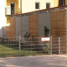 Sichtschutzwand bestehend aus einer verzinkten Rahmenkonstruktion, abwechselnd mit Rahmen aus ALU-Wellblech und Lärcheholz beplankt.