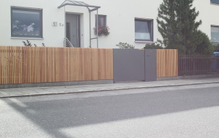 Holzzaun mit Gartentüre und Briefkastenanlage